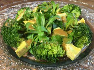 Salade de mâche, brocoli et avocat, sauce noisette