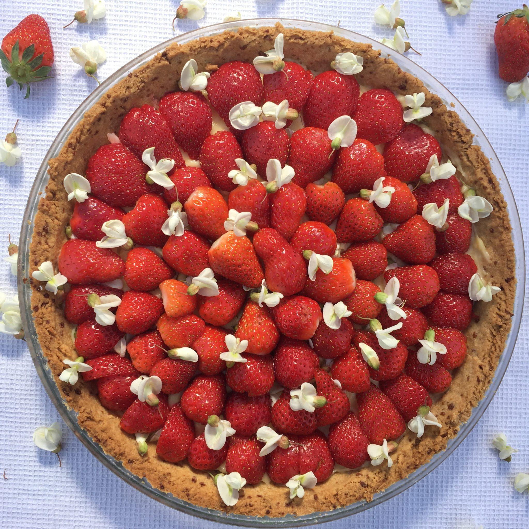 Tarte aux fraises et fleurs d'acacia