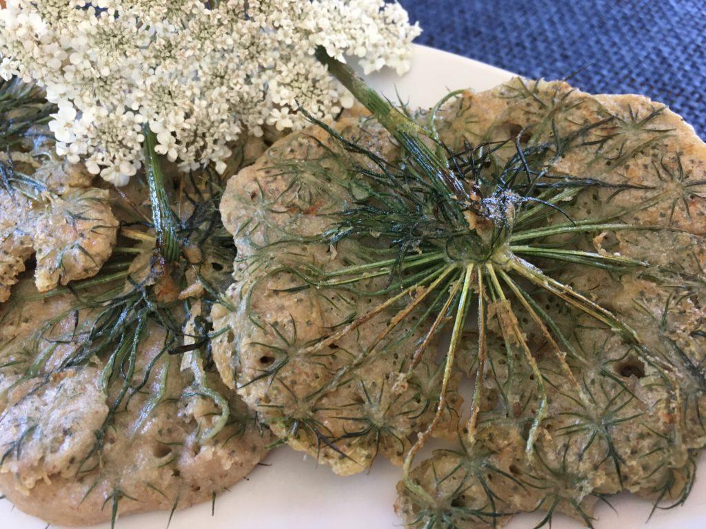 Beignets de fleurs de carotte assiette