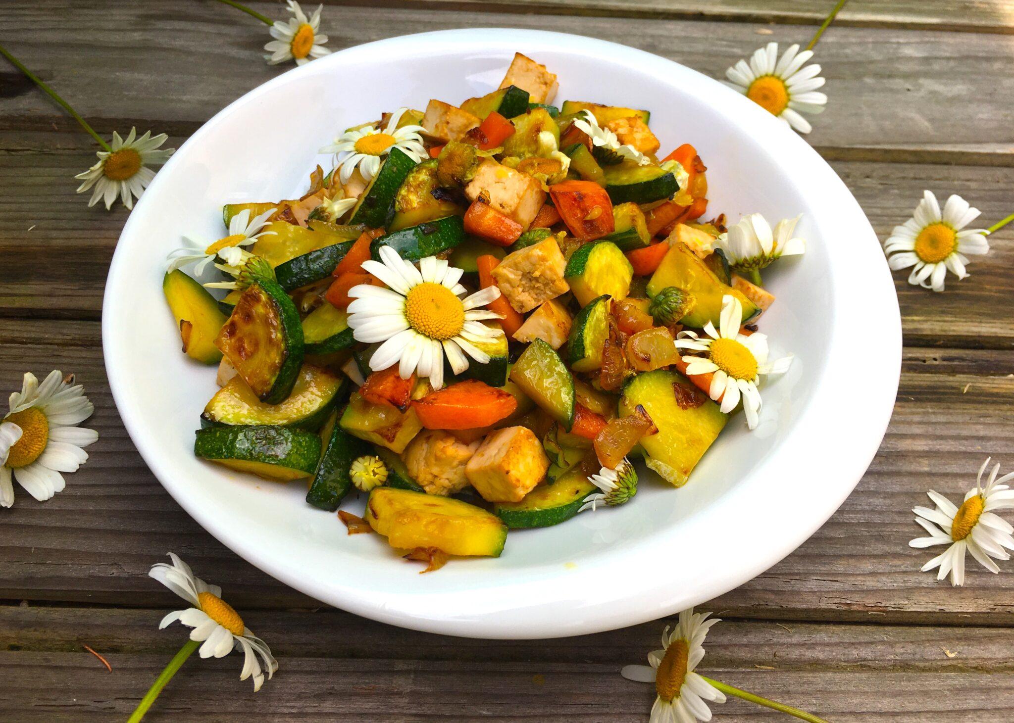 Poêlée de légumes aux marguerites comestibles