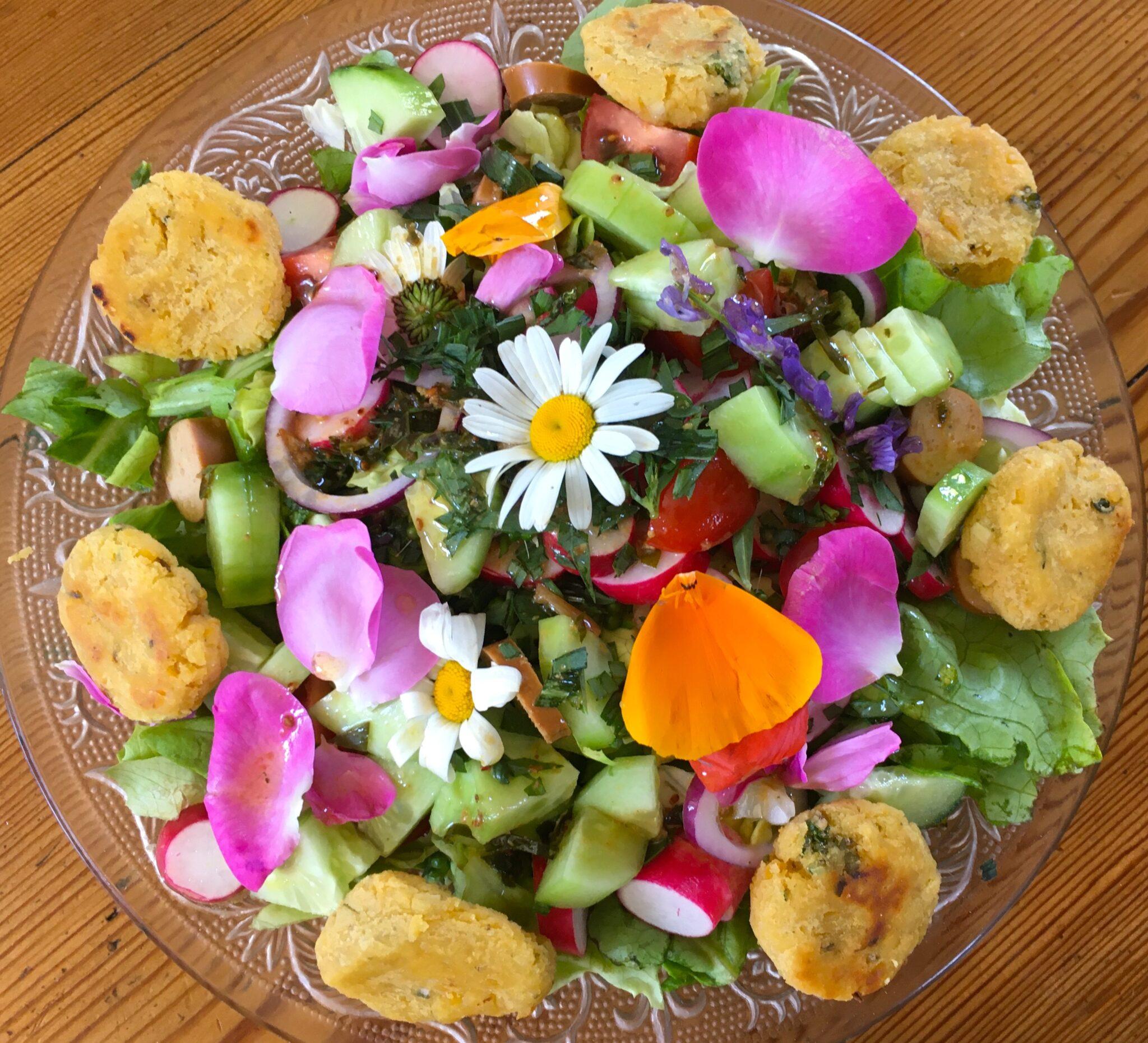 Salade aux marguerites comestibles