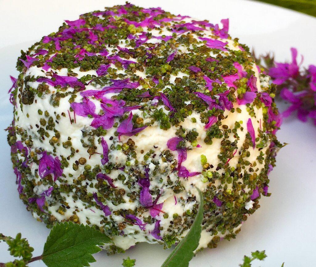 Chèvre frais aux graines d'ortie et fleurs de salicaire